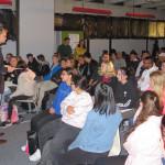 Dr. Haag begrüßt die Schülerinnen und Schüler